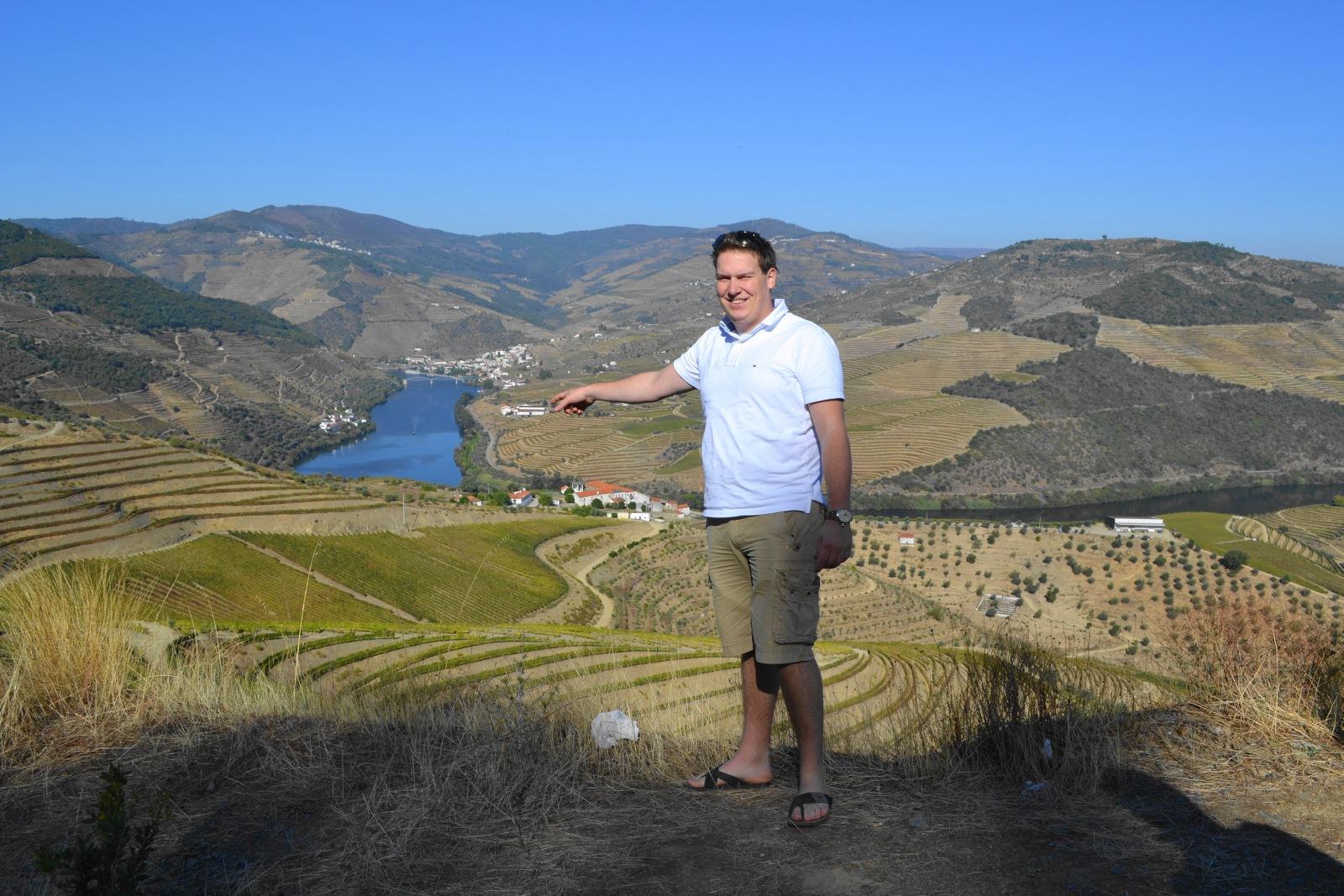 Jaap bij vallei met wijngaarden